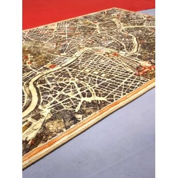 Tappeto con carte geografiche